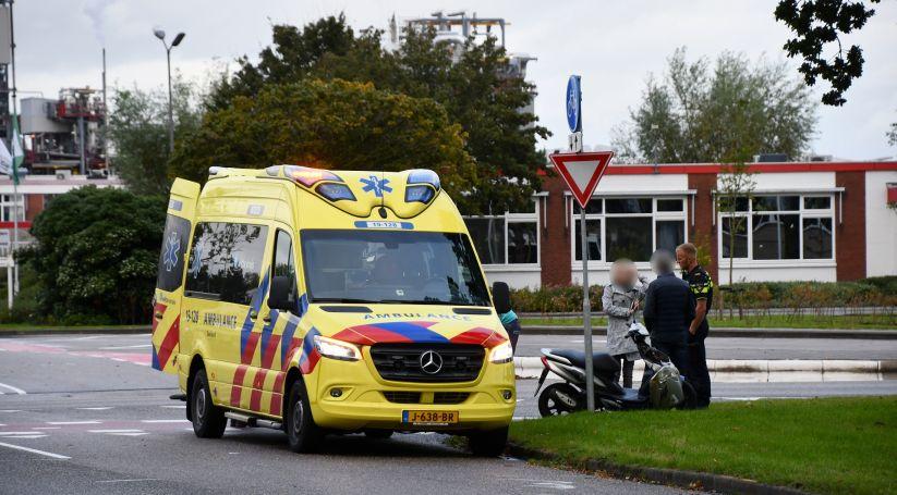 Scooterrijder met spoed naar ziekenhuis na botsing.