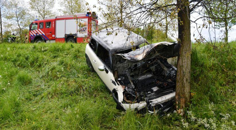 Auto uitgebrand na ongeluk, bestuurder gewond.