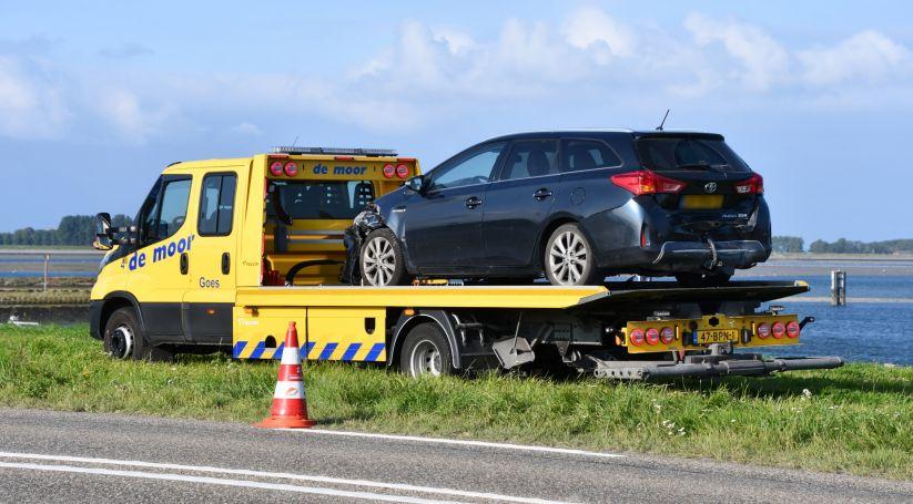 Auto getakeld na ongeluk N256 Wilhelminadorp.