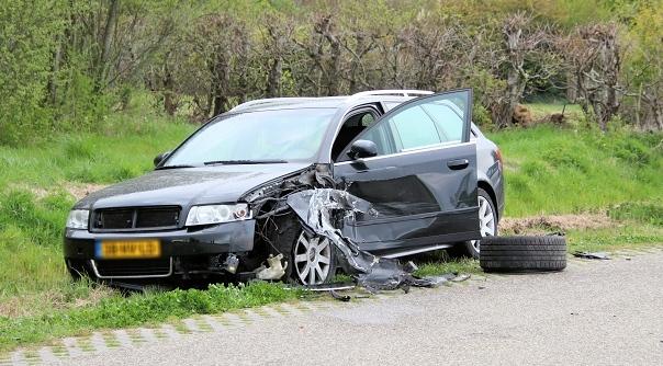 Veel schade bij botsing in Oud-Vossemeer.