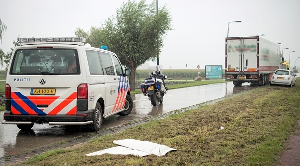 Aanrijding tussen auto en vrachtwagen.