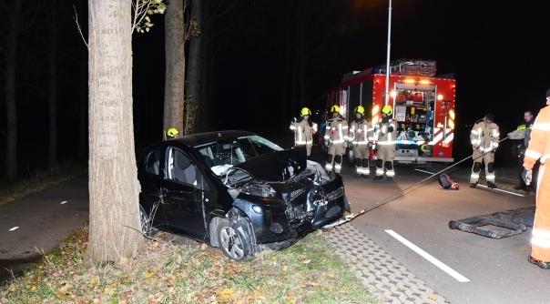 Auto botst tegen boom bij Terneuzen - HVZeeland.nl