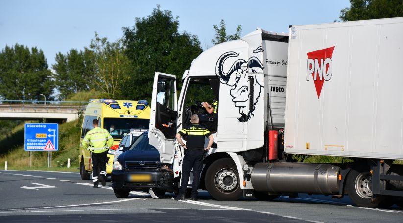 Botsing auto-vrachtwagen bij Nieuwdorp.
