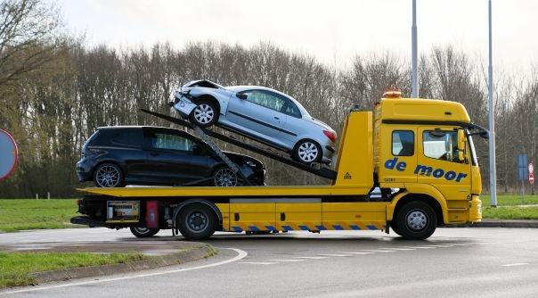 Autos beschadigd bij botsing Kapelle.