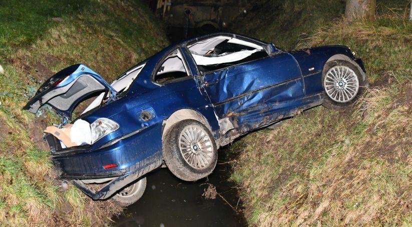 Auto hangt boven sloot na ongeluk Scherpenisse.