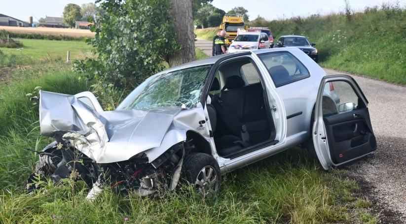 Automobilist gewond na botsing tegen boom Zaamslag.