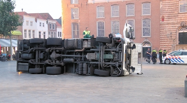 Vrachtwagen gekanteld Grote Markt Goes.