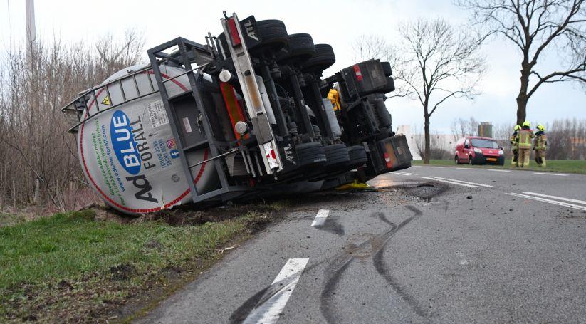 Vrachtwagen gekanteld Industrieweg Sluiskil.