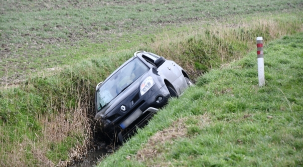 Auto in de sloot bij ongeluk Sint-Annaland.