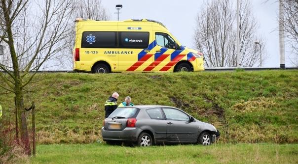 Auto rijdt van talud bij ongeluk op N57.