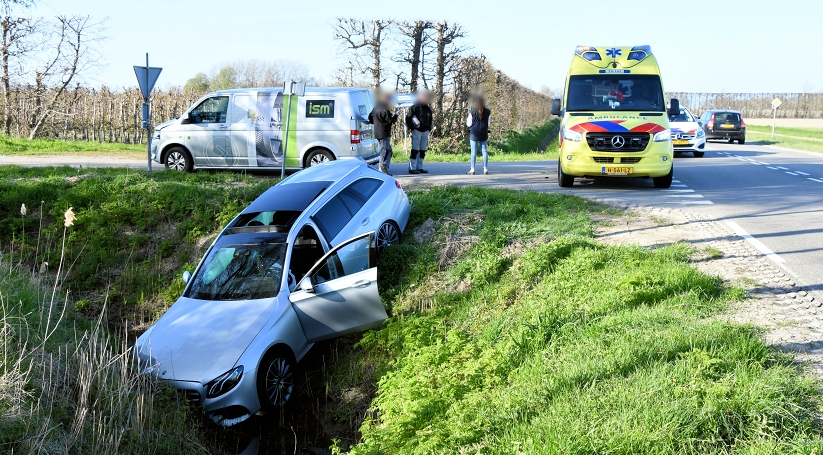 Auto in de sloot na ongeluk bij Nisse.
