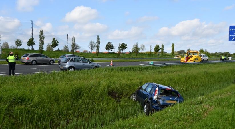 Automobilist belandt in de sloot na botsing A58.