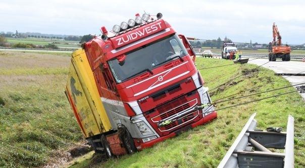 Gekantelde vrachtwagen A58 weer overeind.