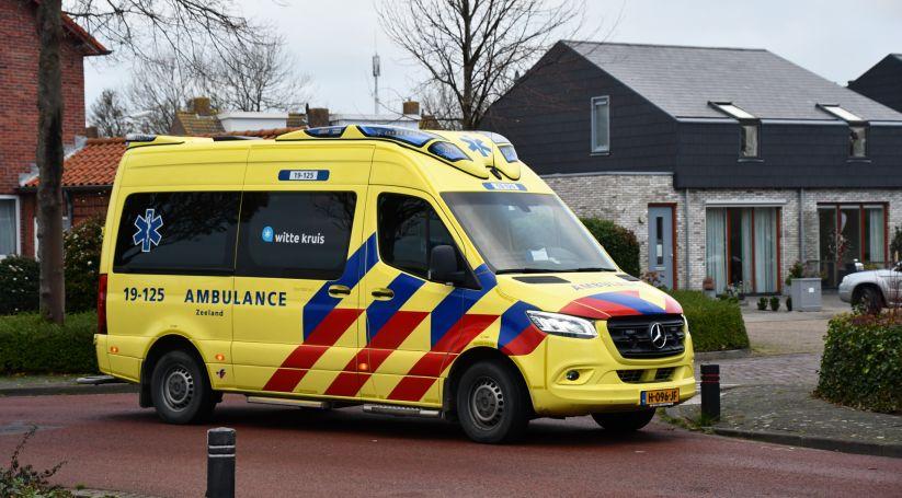 Fietser tegen paaltje na botsing met auto Oostkapelle.