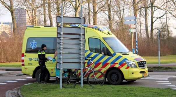 Fietser naar ziekenhuis na botsing Vlissingen.