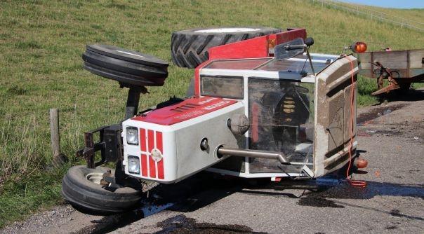 Tractor gekanteld, twee gewonden.