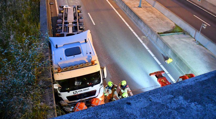 Sluiskiltunnel deels dicht vanwege ongeluk met vrachtauto.