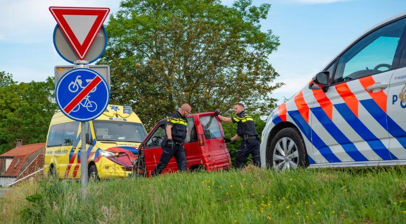 Betrokkenen onderzocht na ongeluk Oud-Vossemeer.