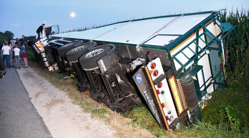 Vrachtwagen gekanteld bij Kruiningen.