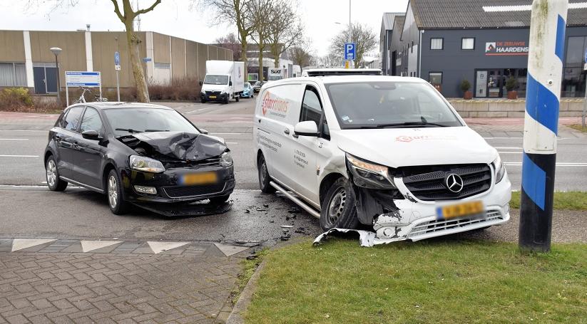 Auto's weggesleept na botsing in Goes.