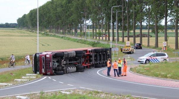 Vrachtwagen gekanteld bij Westdorpe.