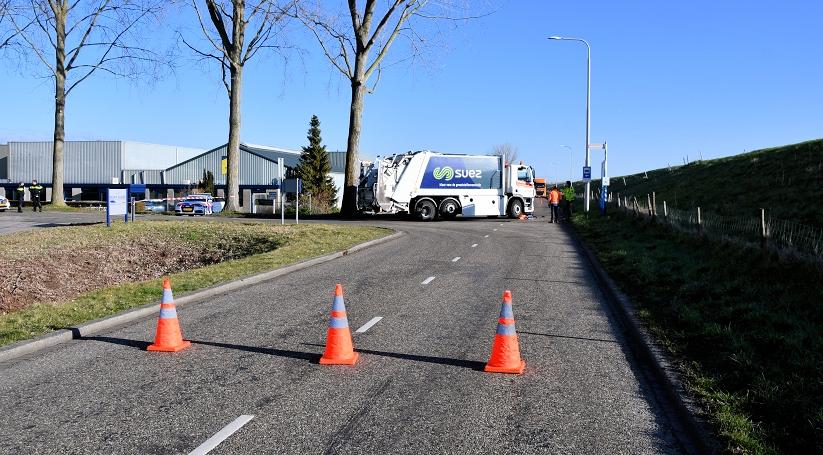 Vrouw zwaargewond na ongeluk met vuilnisauto.