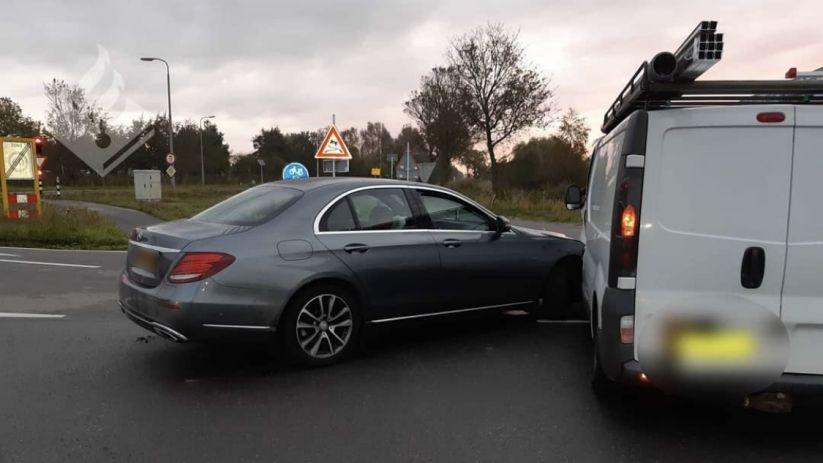 Autos getakeld na aanrijding bij Nieuwerkerk.