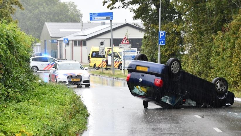 Auto op zijn kop bij ongeluk in Middelburg.