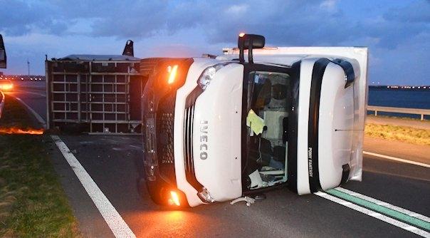 Vrachtwagen gekanteld op Philipsdam.