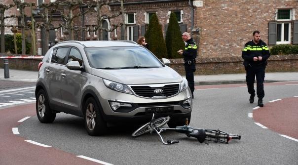 Fietser maakt forse klap na botsing met auto.