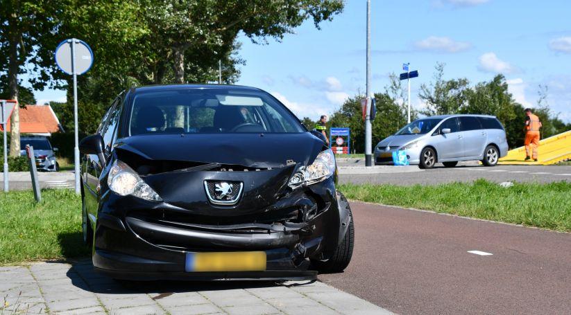 Auto's beschadigd bij botsing, één gewonde.