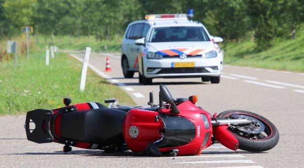 Motorrijder gewond bij botsing met vrachtauto.