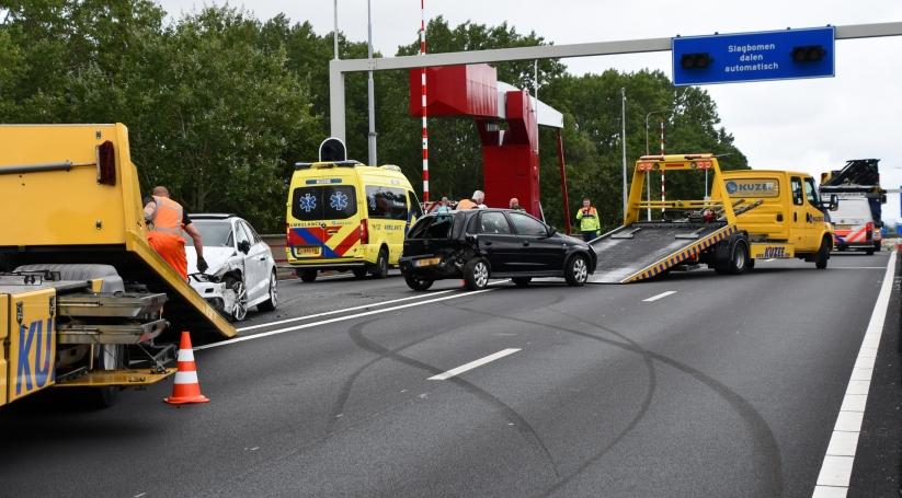 Weg afgesloten na ongeluk op Sloebrug.