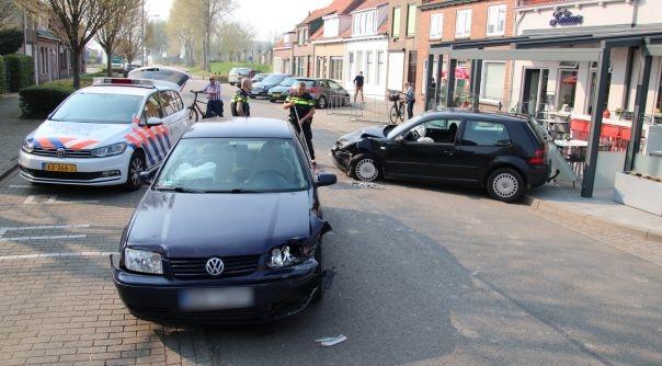 Letsel bij botsing Hoofdplaat, auto bijna op terras.