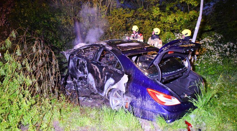 Auto uitgebrand na ongeluk Arnemuiden.