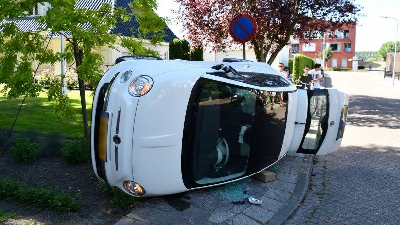 Auto op zn kant na botsing Scherpenisse.
