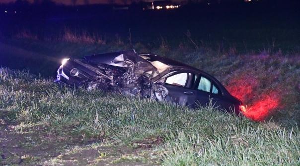 Veel schade bij botsing auto en vrachtwagen.