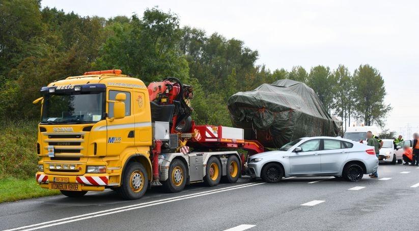 Flinke schade bij botsing autos en vrachtwagen.