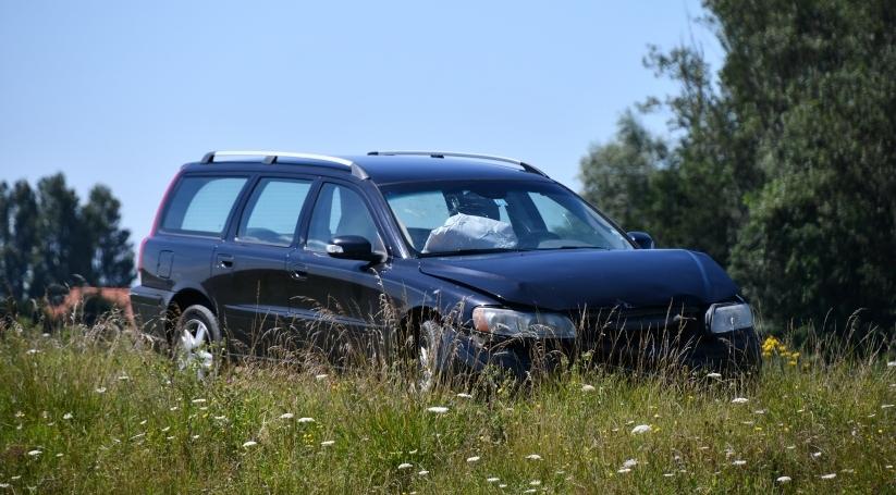 Auto getakeld na ongeluk N57 Serooskerke.
