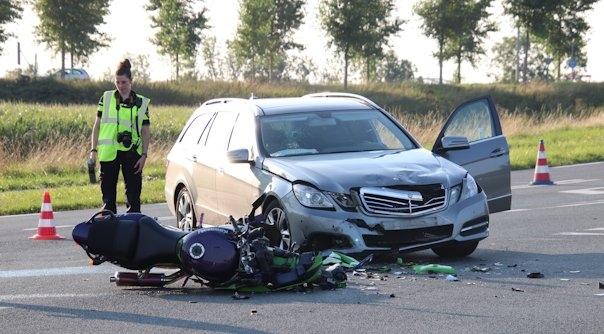 Ongeluk Kruiningen door afslaande auto.