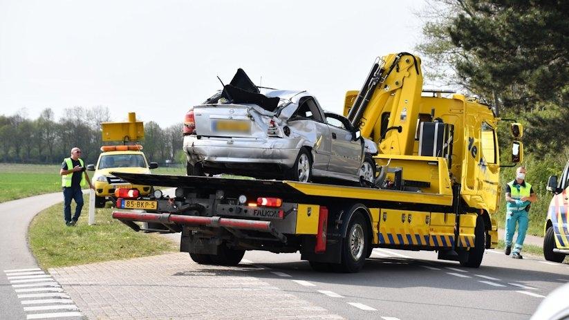 Auto op zijn kop bij ongeluk Postweg Lewedorp.