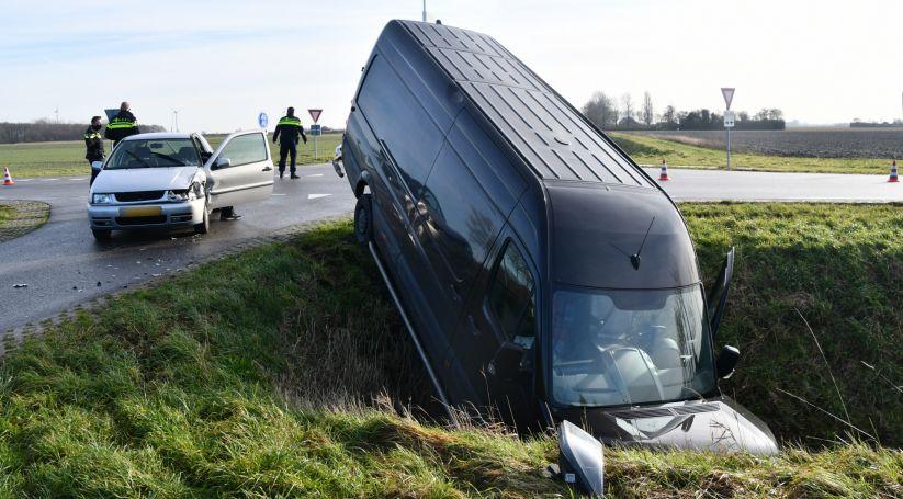 Bestelbus belandt in sloot na botsing Colijnsplaat.