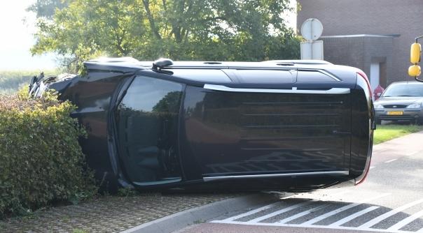 Auto op zijn kant na ongeluk Axel.