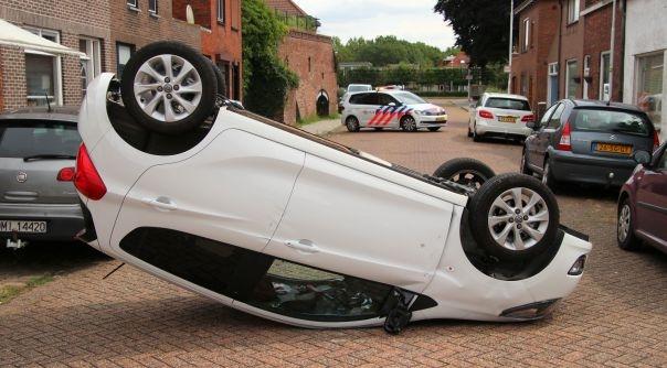 Auto op z'n kop na botsing Sas van Gent.