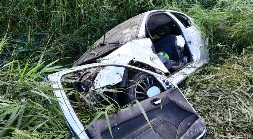 Brandweer bevrijdt automobilist in Hengstdijk na eenzijdig ongeluk.