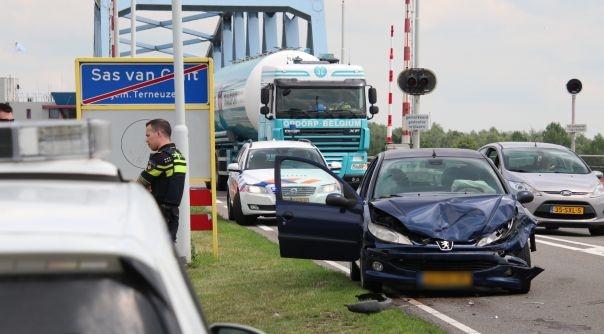 Letsel bij ongeluk brug Sas van Gent.