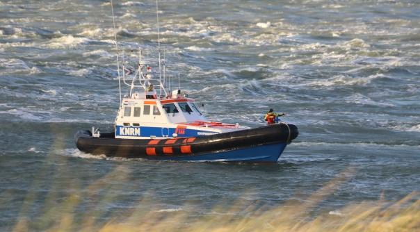 KNRM vaart uit na ongeval op zeeschip.