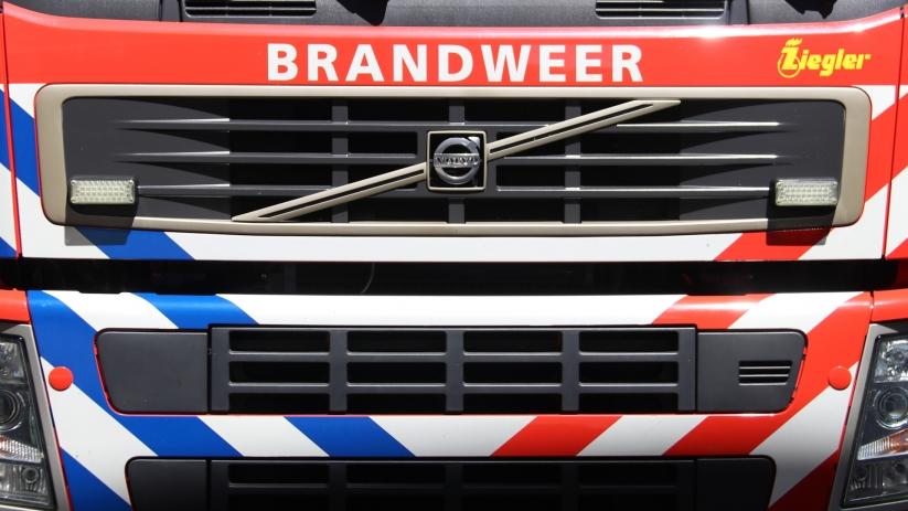 Brandweer haalt persoon uit auto na ongeluk Hulst.