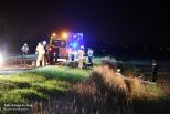 Brandweer bevrijdt man uit auto na ongeluk.